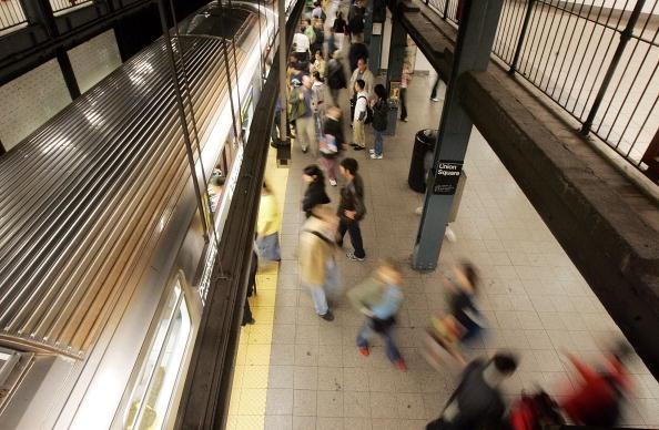 Hispano salva a menor de morir atropellada por tren en NYC