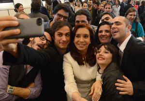 Arrasa el 'selfie' de Gael García Bernal y Cristina Kirchner