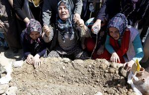 Turquía entierra a mineros muertos en una jornada de protestas