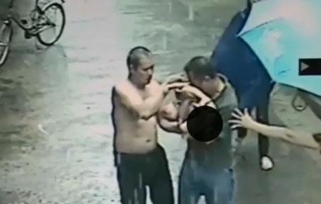 Hombres rescatan a menor que cae al vacío en China (video)