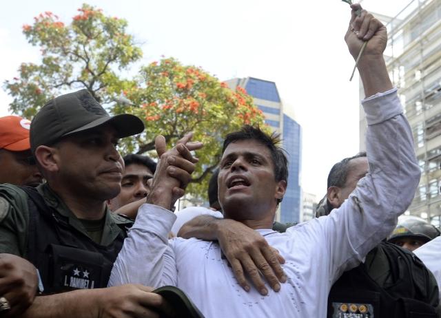 Líder opositor venezolano queda preso e irá a juicio