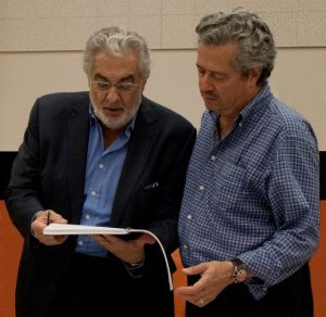 Plácido Domingo entrega premio a  Lee Holdridge