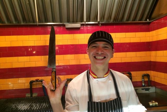 Guerrero azteca destaca con sus cuchillos en NYC