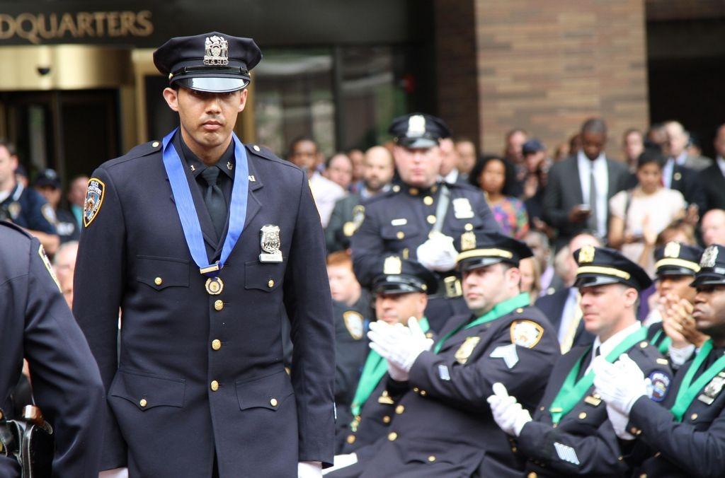NYPD condecora a agente dominicano