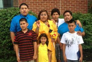 Padre latino asume el reto de criar a seis hijos solo
