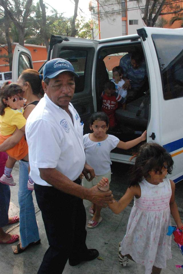 Rescatan menores