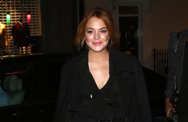 Lindsay Lohan corre semidesnuda por tiendas de Londres