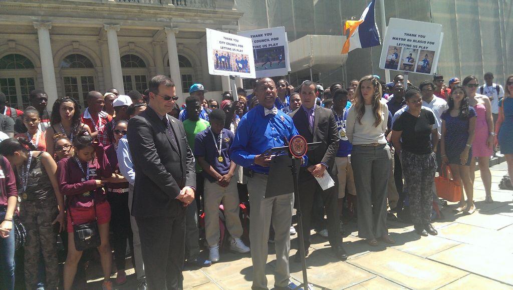 Estudiantes atletas celebran otorgamiento de fondos municipales