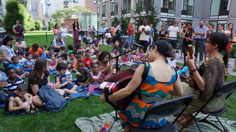Niños disfrutan del High Line con música y baile
