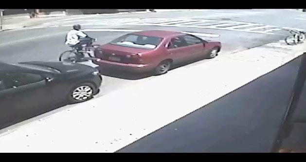 A bordo de bicicleta ladrón le roba cartera a anciana en silla de ruedas