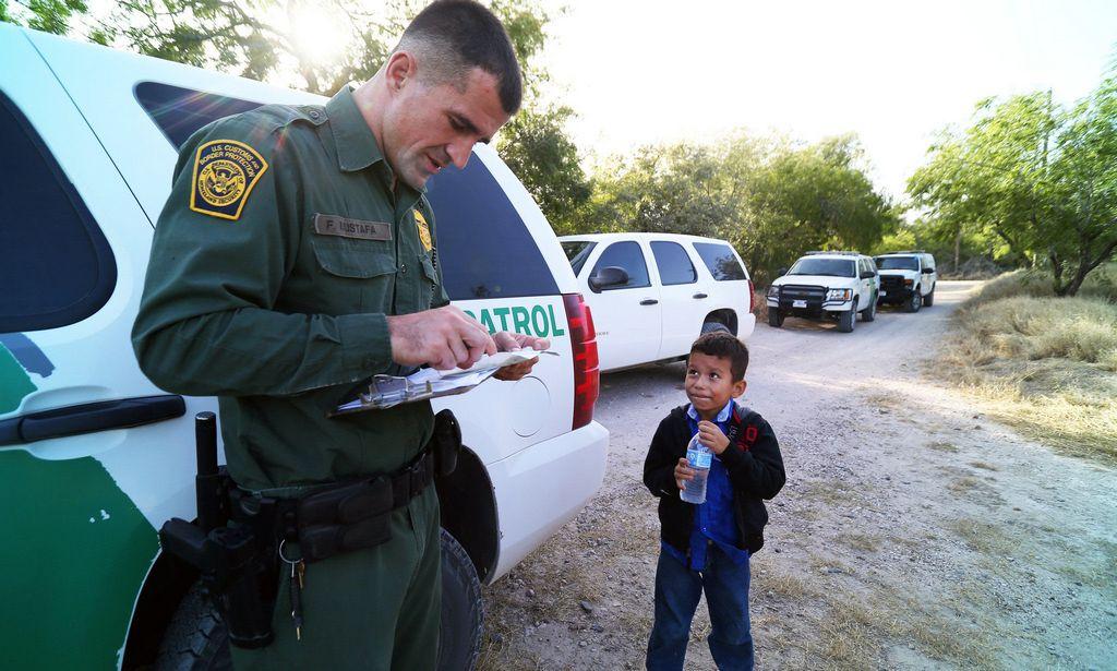 Con sólo 8 años fue detenido en la frontera y ahora su foto conmueve al mundo