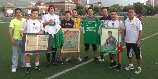 Varios exjugadores de la Academia Andrés Escobar y su presidente Miguel Cuellar (primero de la derecha) rindieron homenaje a la memoria del exseleccionado colombiano.