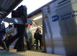 Mujer muere arrollada por tren LIRR en Nueva York: retrasos y cancelaciones