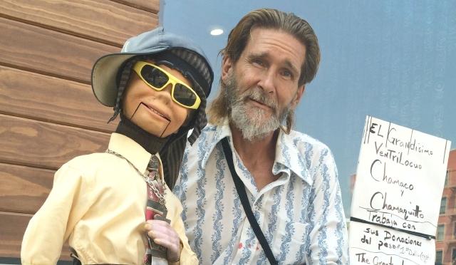 Con su show arrancan sonrisas en las calles del Barrio