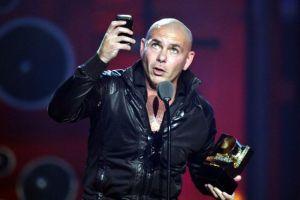 Pitbull dedica Premios Juventud a niños migrantes que cruzan la frontera