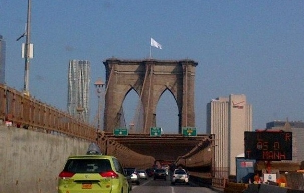 #BuenosDíasNYC: ¿Quién?…¿Cómo?…sigue el misterio de las banderas…