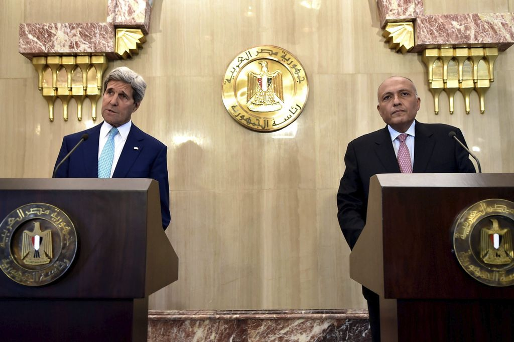 Kerry (i), y el ministro de Asuntos Exteriores egipcio, Sameh Shukri.