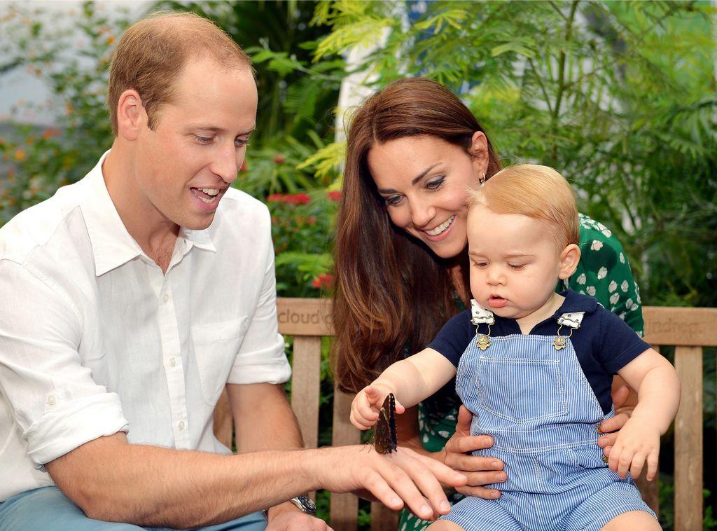 El príncipe Jorge de Cambridge posa junto a sus padres.