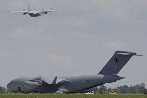 Primer avión con restos de víctimas del MH17 parte a Holanda