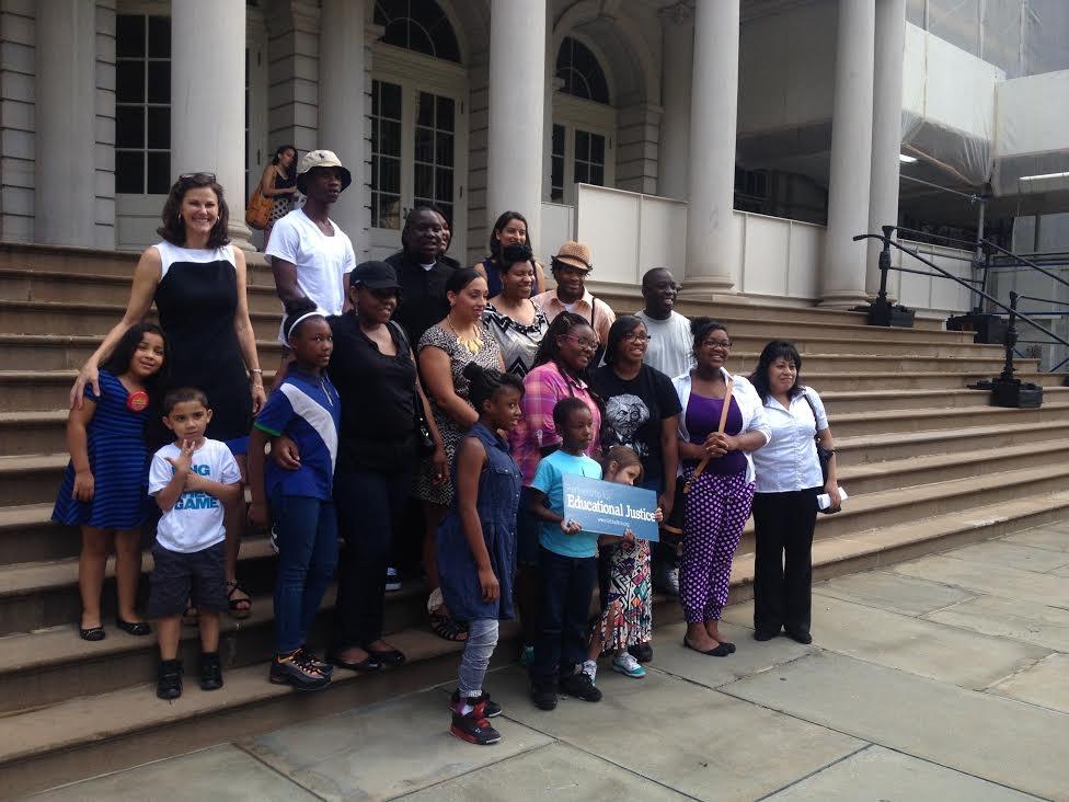 Padres radican demanda contra leyes que protegen a maestros