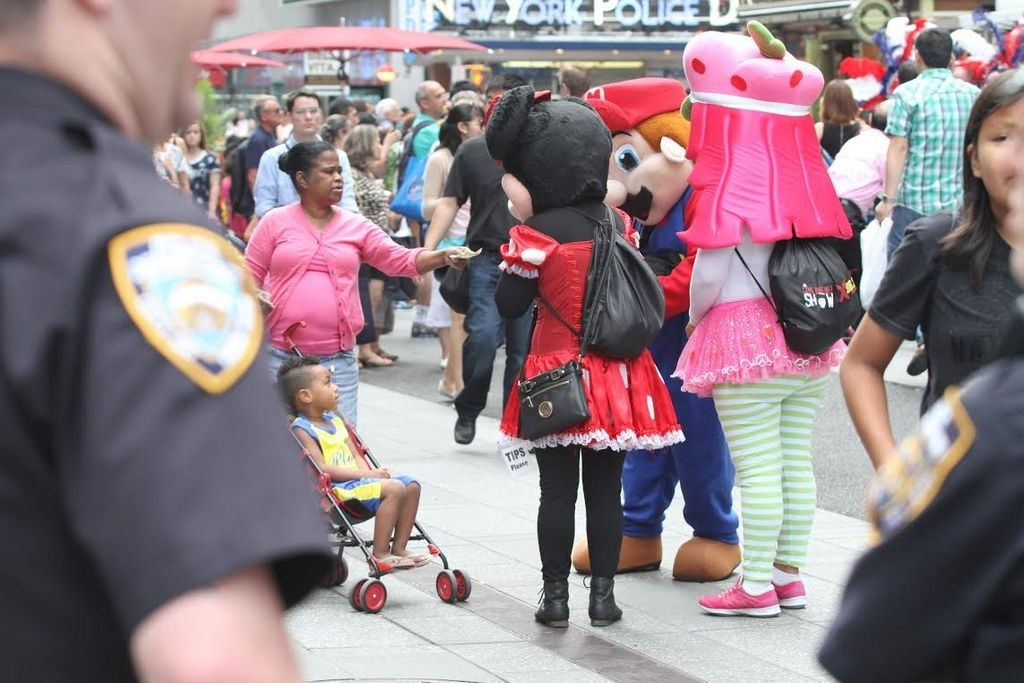 En agosto presentarán ley para regularizar muñecos de Times Square
