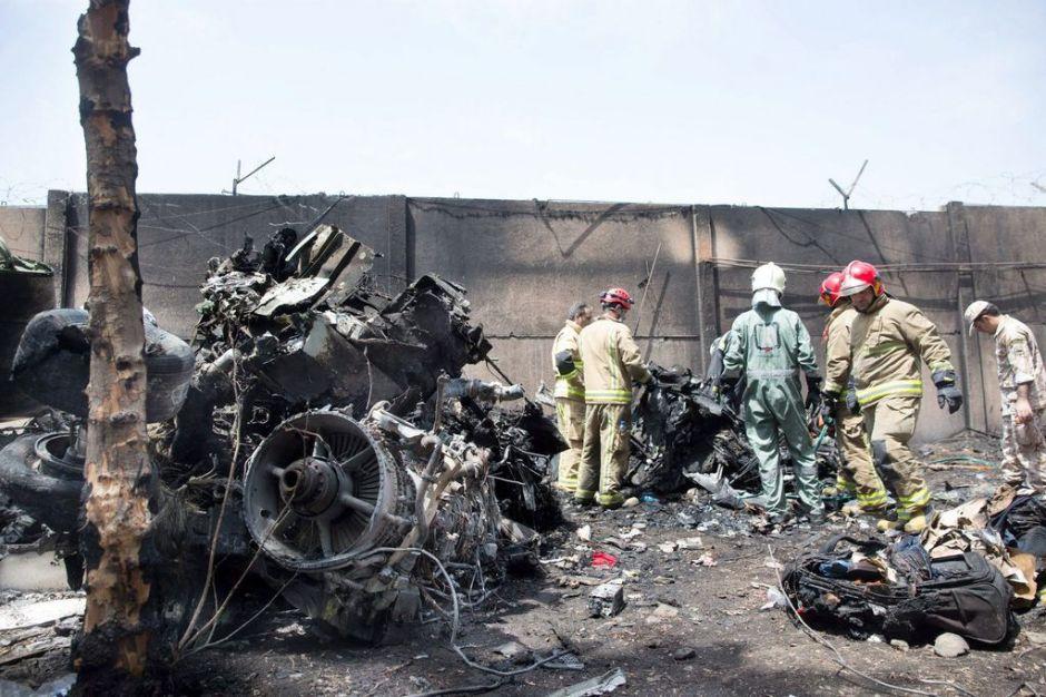 Al menos 40 muertos tras estrellarse avión en Irán (fotos y video)