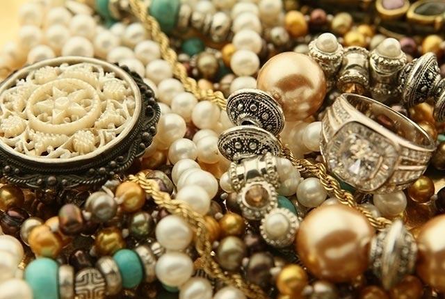 Hombre de Queens vive de recoger joyas caídas en calles de NYC