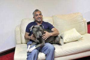 """Demandan a César Millán, """"el encantador de perros"""", por explotación laboral"""