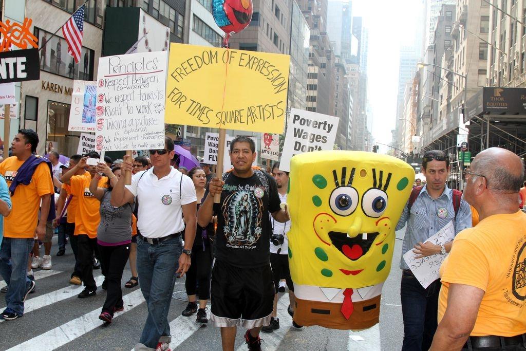 Personajes de Times Square se unen a marcha por mejoras laborales