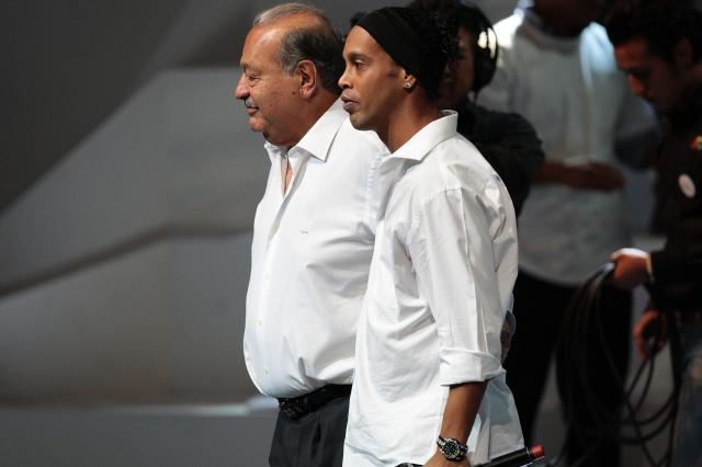 Ronaldinho se convierte en gallo