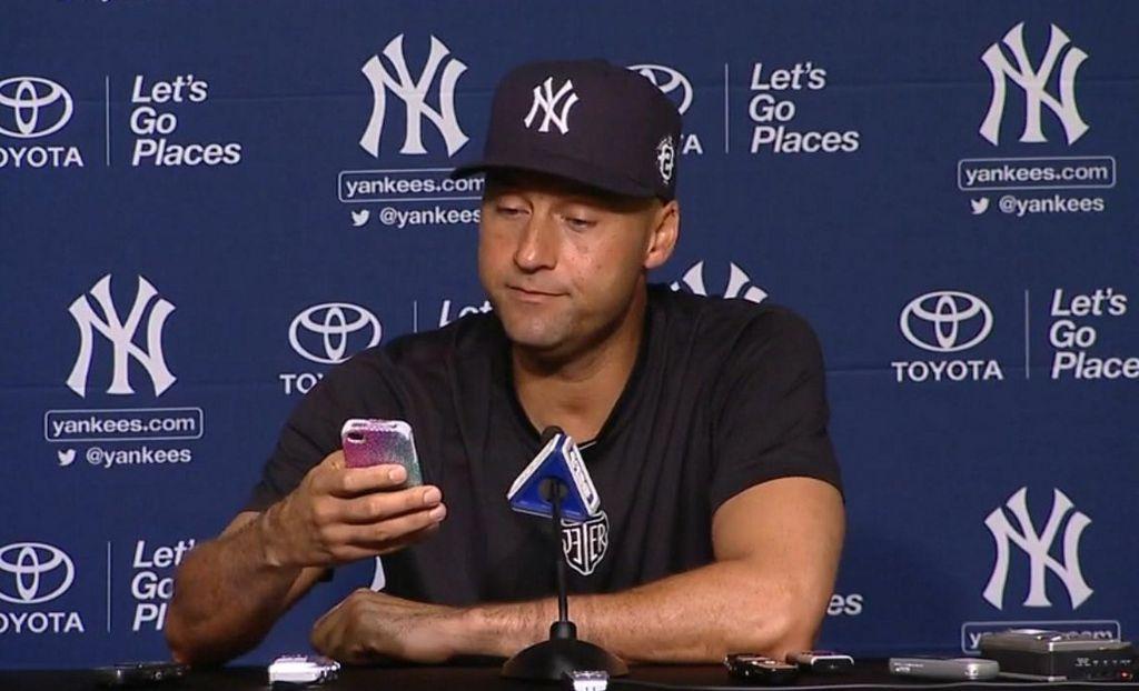 Derek Jeter contesta el iPhone de reportera (video)