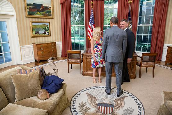 El niño que opacó a Obama desde un sofá en la Casa Blanca