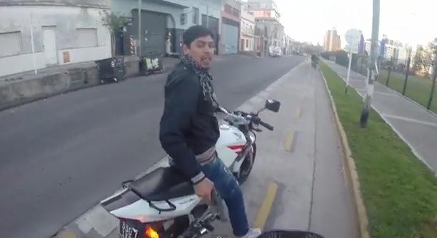 Sensación en redes video de turista que graba intento de robo en su contra