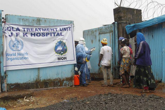 Personas con síntomas de ébola llegan al hospital John F. Kennedy (JFK) de Monrovia, Liberia.