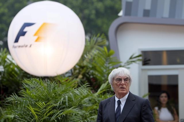 El jefe de la Fórmula Uno, Bernie Ecclestone, camina por la calle de garajes en el Marina Bay,  Singapur.