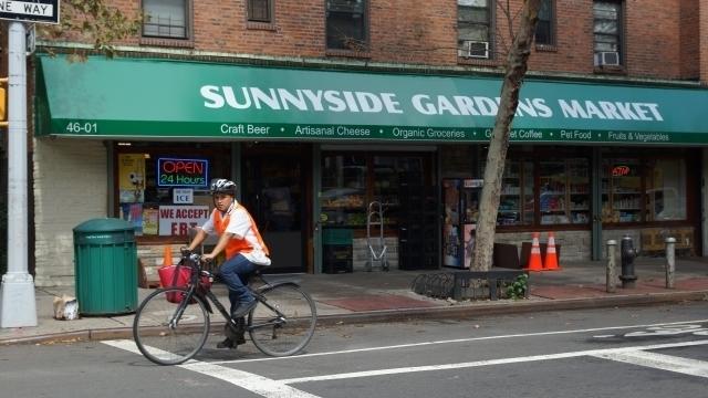 Queens Boulevard y el tren 7 dividen Sunnyside en dos partes casi iguales en tamaño.