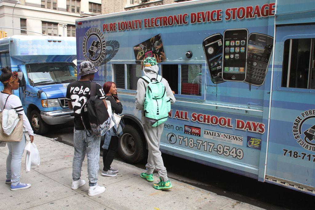 Estudiantes podrían usar celulares en escuelas de NYC