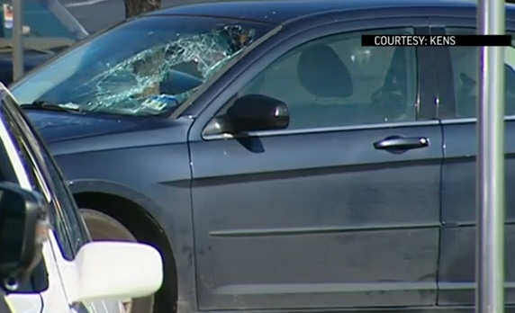 Mujer rompe cristal de auto en Texas para salvar a menor sofocado