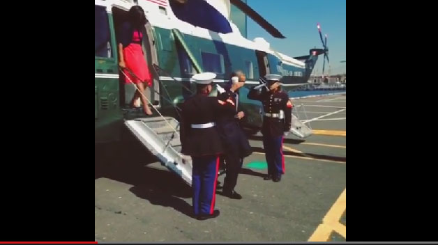 Revuelo por una imagen de Obama, su saludo militar y un café