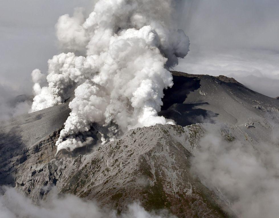Al menos 46 personas atrapadas por erupción de volcán Ontake (video)