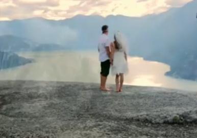 ¡Amor de altura! Escalan 2,300 pies para casarse (video)