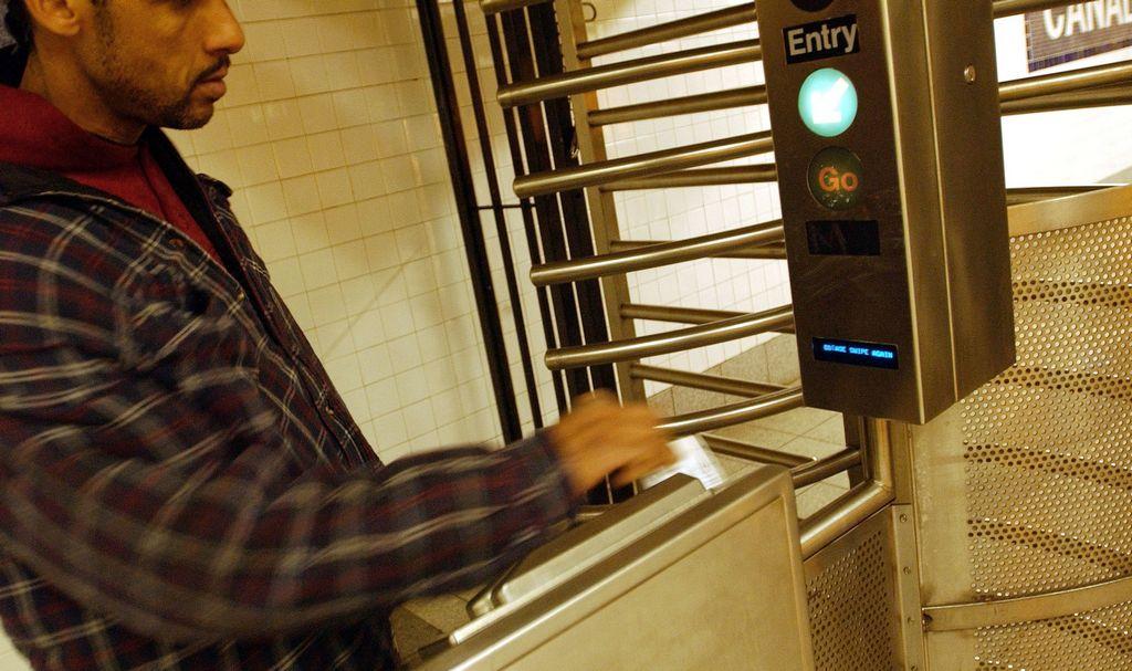 Aumenta apoyo a idea de crear MetroCard para pobres