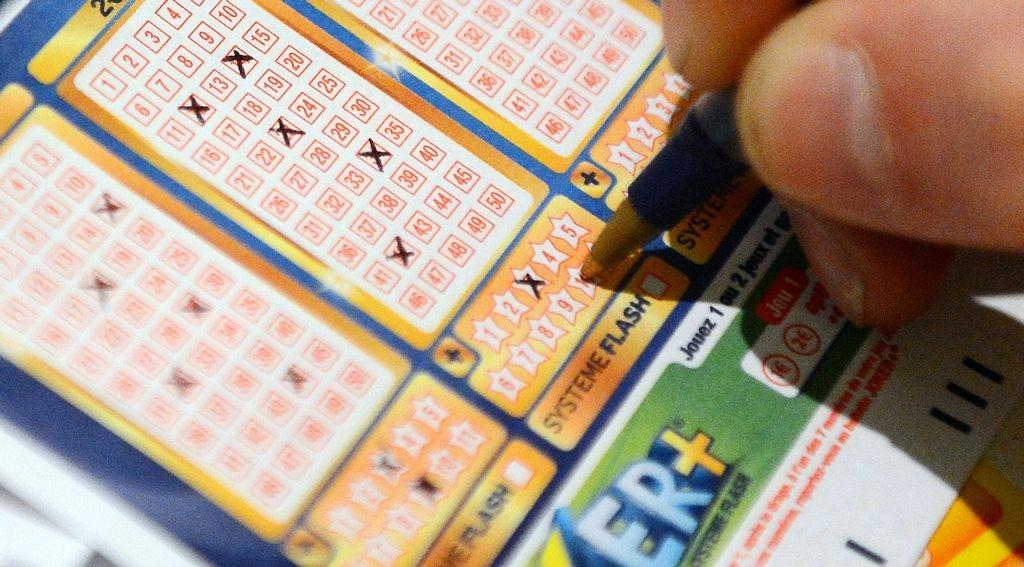 Hispanos engañan a mujer con la lotería y le roban $8,000