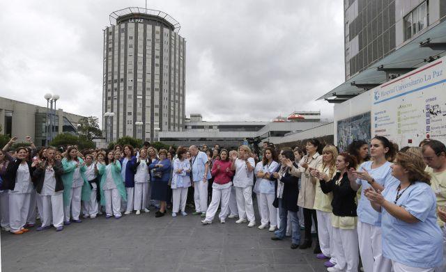 Unos 200 trabajadores del hospital universitario La Paz piden la renuncia de la ministra de Sanidad, Ana Mato, y del presidente de la Comunidad de Madrid, Ignacio González, en solidaridad con su compañera infectada por el virus del Ébola.