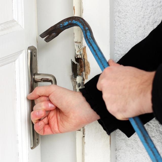 Asegúrate de que las cerraduras de tu casa sean de alta seguridad, para evitar que un ladrón las pueda romper fácilmente.