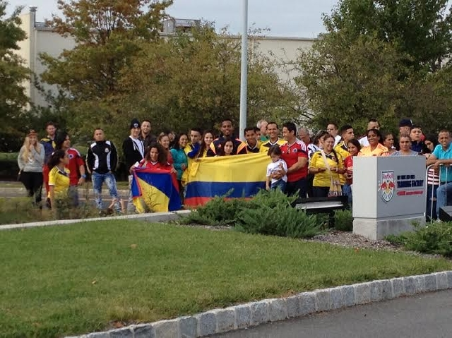 Un grupo de aficionados colombianos se hizo presente para apoyar a la selección cafetera.
