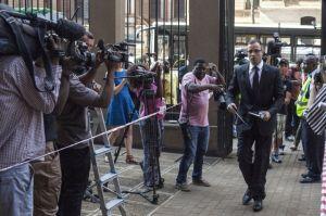Pistorius aporta dinero a   familia de su exnovia
