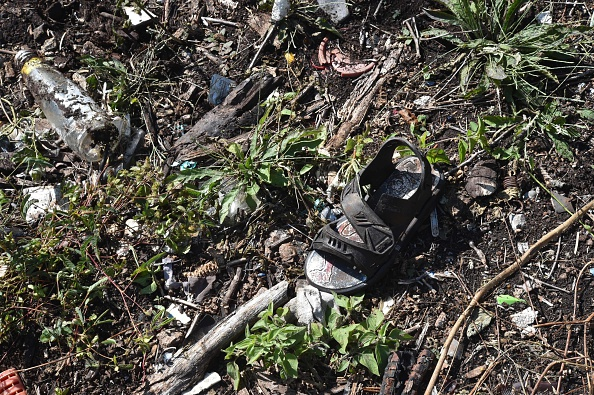 Video muestra el momento en que mexicana encuentra a su hijo de cabeza y desmembrado en fosa clandestina