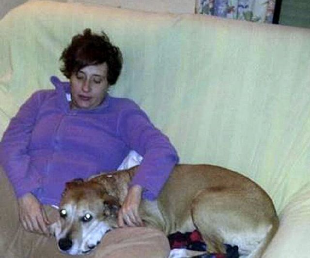 Teresa Romero junto a su perro, que fue sacrificado.