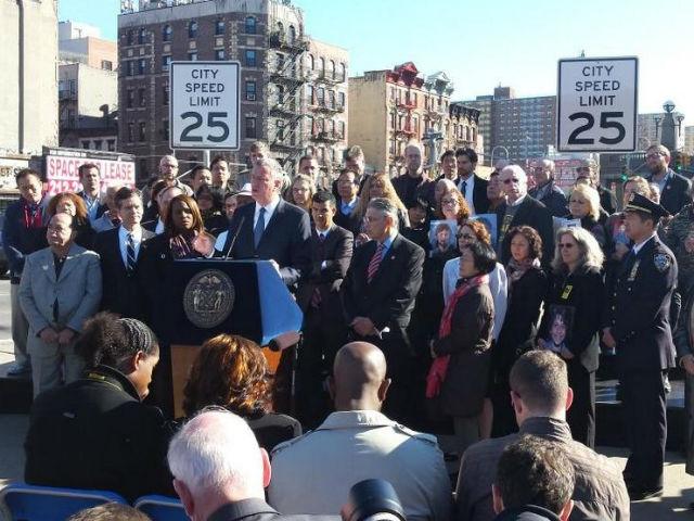 Firman la ley que reduce el límite de velocidad a 25 millas por hora